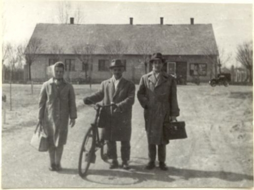 tanácsi vezetők a tanácsháza előtt