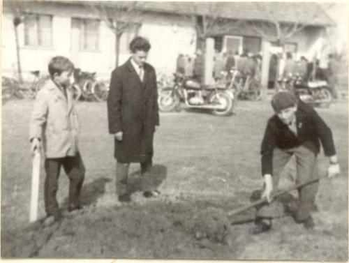 úttörők szépítik a község főterét